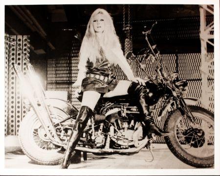 シルクスクリーン Young - Brigitte Bardot sur sa Harley Davidson
