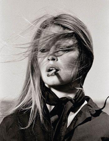 多数の O'neil - Brigitte Bardot with cigar on the set Les Petroleuses