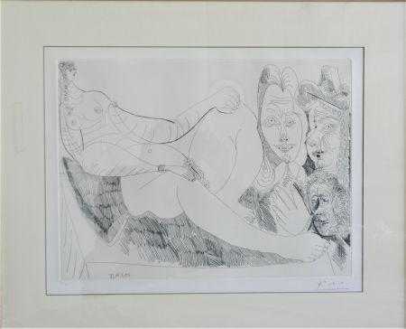 エッチング Picasso - Femme Au Lit Avec Visiteurs En Costume Du Xvii Siecle