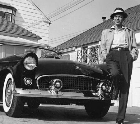 写真 Worth - Frank Sinatra next to his T-Bird