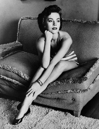 写真 Worth - Natalie Wood classic portrait on sofa