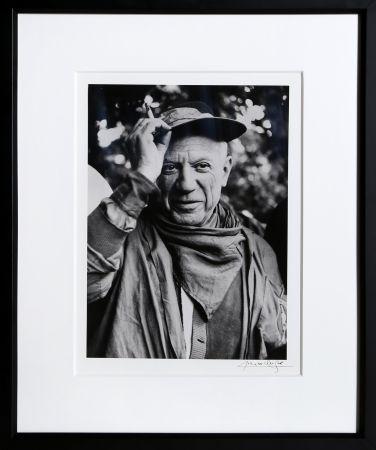 写真 Clergue - Picasso a la Feria, revetu des habits de la Pena de Logrono - Nimes, 1959