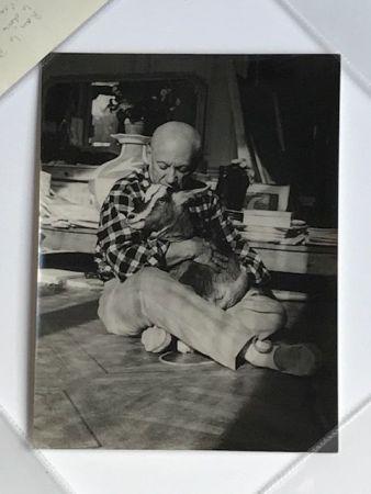写真 Quinn - Picasso embrassant sa chèvre à la Californie