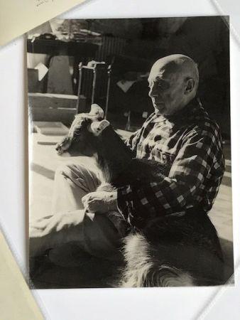 写真 Quinn - Picasso sa chèvre dans les bras à la Californie