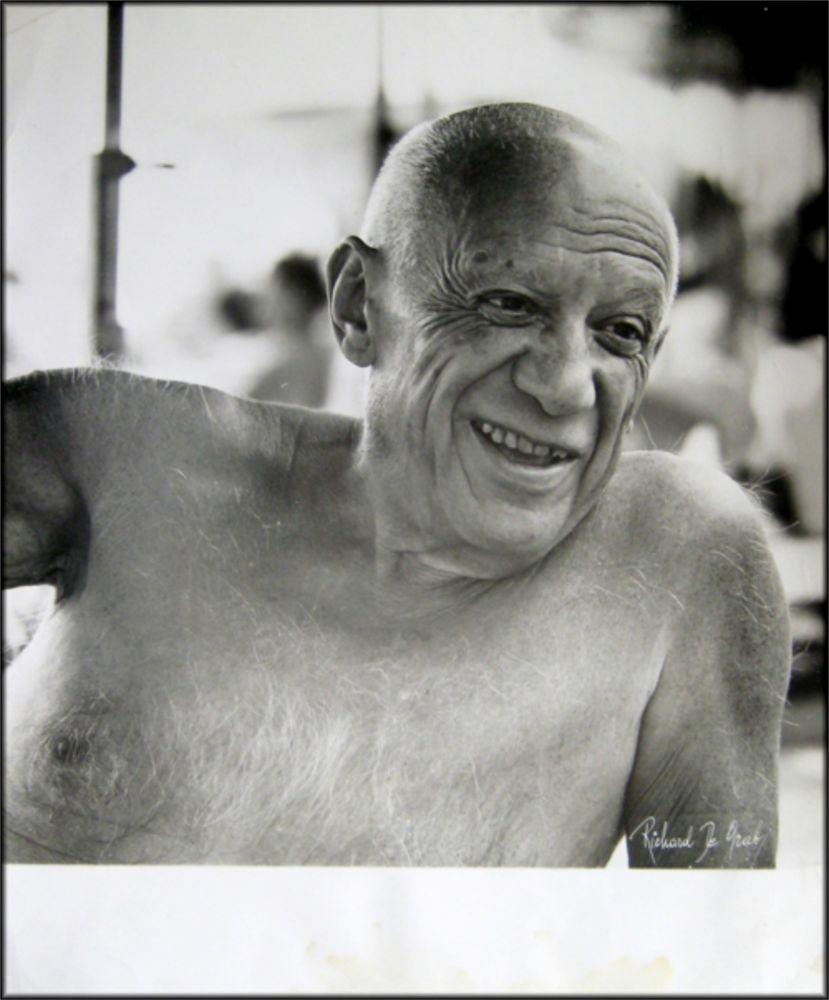 写真 Picasso - Portrait of the artist smiling