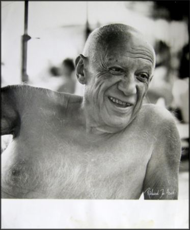 写真 Picasso - Portrait of the artist smiling
