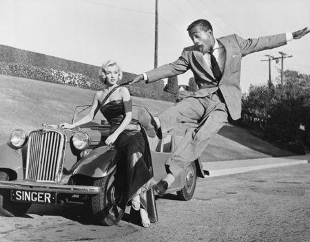 写真 Worth - Sammy Davis Jr leaps for Marilyn